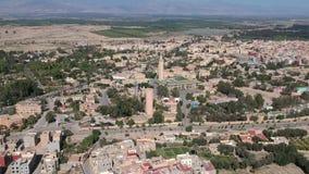 Fliegen über einem Kasbah und Medina in Marokko mit Brummen stock video