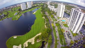 Fliegen über einen Golfplatz stock footage
