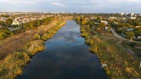 Fliegen über Fluss stock footage