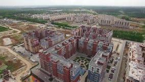 Fliegen über Gebäudekomplex mit neuen errichteten und unfertigen Gebäuden, Russland stock video footage