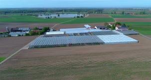 Fliegen über große Gewächshäuser Zierpflanzenbauplantage, große Gewächshäuser, Gewächshäuser unter europäischen Feldern stock video