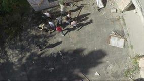 Fliegen über Gruppe des Zombieangreifens Gruppe des Zombieangriffs nahe dem Krankenhaus Luftvermessung der Zombieapocalypse stock video