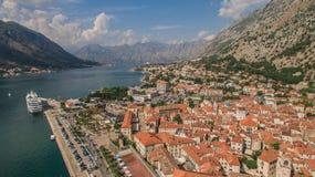 Fliegen über Kotor in Montenegro Stockfotos