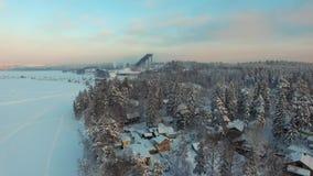 Fliegen über ländlicher Winterlandschaft bei Sonnenuntergang stock video footage