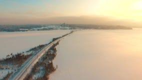 Fliegen über ländlicher Winterlandschaft bei Sonnenuntergang stock video