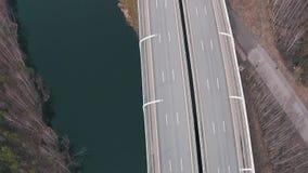 Fliegen über Landstraße mit Verkehrs-Autos stock video footage