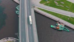 Fliegen über Landstraße mit Verkehrs-Autos stock video