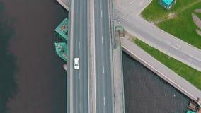 Fliegen über Landstraße mit Verkehrs-Autos stock footage