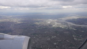Fliegen über London mit Außenbezirken stock footage