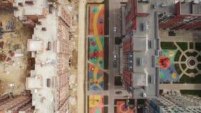 Fliegen über neu-erbautem Haus und Wohnblock im Bau, Russland stock video