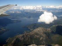 Fliegen über norwegische Fjorde Lizenzfreies Stockfoto