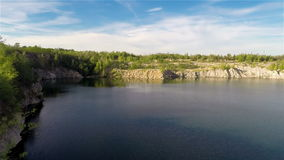 Fliegen über Quarry See stock video