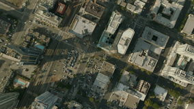 Fliegen über San Diego Stadt stock video
