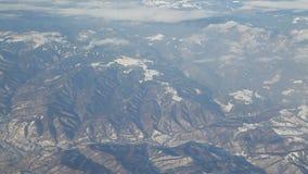 Fliegen über schneebedeckten Berg stock video