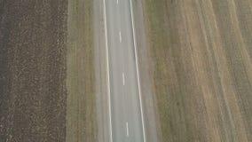 Fliegen über schwarzes SUV-Auto stock video