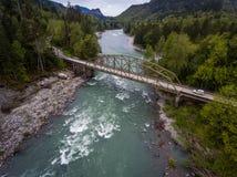 Fliegen über Skykomish-Fluss lizenzfreie stockfotografie