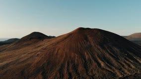 Fliegen ?ber Spitze des Berges auf Insel von Lanzarote, Canaries stock video footage
