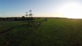 Fliegen über Stromleitung bei Sonnenuntergang stock video