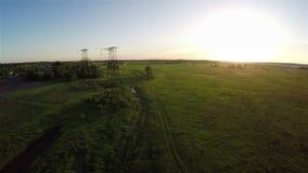 Fliegen über Stromleitung bei Sonnenuntergang stock footage
