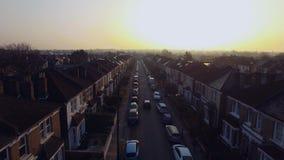Fliegen über surburban Haus- und Wohnungsvogelperspektive Londons an der Dämmerung am sonnigen Tag stock video