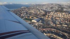 Fliegen über Tromsoe-Stadtinsel im Wintersonnenschein stock video
