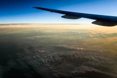 Fliegen über Wolken bei Sonnenaufgang lizenzfreie stockfotografie