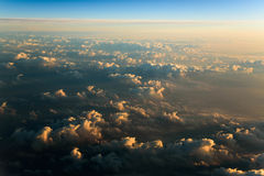 Fliegen über Wolken bei Sonnenaufgang stockfotografie