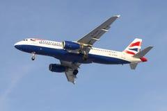 Fliegen Airbus A320-232 (G-EUUU) British Airways im blauen Himmel lizenzfreies stockbild