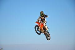 Fliegen auf ein Motorrad mit einer Hand Stockfoto