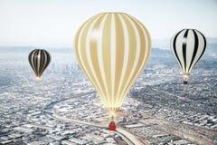 Fliegen baloons im Himmel von megapolis Stadt Stockbilder