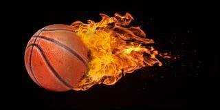 Fliegen-Basketball versenkt in den Flammen stockfotos
