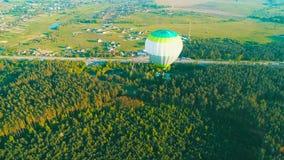 Fliegen ?ber den Hei?luftballon Hei?luftballon im Himmel ?ber einem Feld in der Landschaft Schattenbild des kauernden Gesch?ftsma stock video