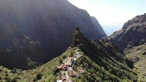Fliegen ?ber der Masca-Schlucht Teneriffa Altes Dorf in den Bergen Ber?hmte Touristenattraktion in der Masca-Schlucht umgeben dur stock footage