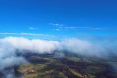 Fliegen ?ber Wolken mit einem blauen Himmel stockfotografie