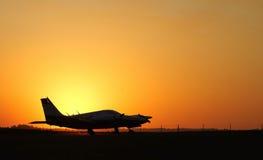 Fliegen in den Sonnenuntergang. Lizenzfreies Stockfoto