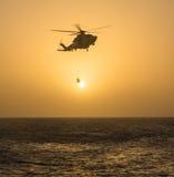 Fliegen in den Sonnenuntergang Lizenzfreies Stockfoto