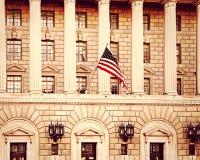 Fliegen der amerikanischen Flagge stockfotografie