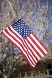 Fliegen der amerikanischen Flagge Stockfotos