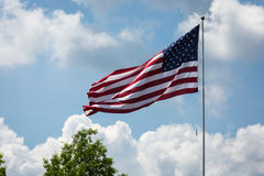 Fliegen der amerikanischen Flagge Lizenzfreies Stockbild
