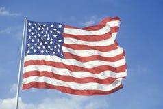 Fliegen der amerikanischen Flagge gegen blauen Himmel, Vereinigte Staaten Lizenzfreie Stockfotografie