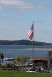 Fliegen der amerikanischen Flagge am Stangen-Hafen, Maine Lizenzfreie Stockbilder