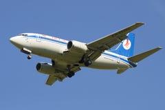 Fliegen der flachen Firma Belavia Boeings 737-500 (EW-253PA) stockbilder