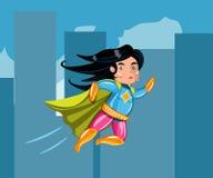 Fliegen der jungen Frau durch Luft in der Superheldhaltung Stockbilder