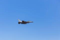 Fliegen der Militärflugzeuge F16 auf Hintergrund des blauen Himmels Lizenzfreie Stockbilder