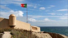 Fliegen der portugiesischen Flagge stock video footage
