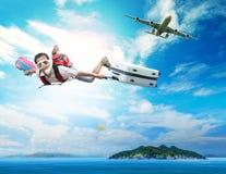 Fliegen des jungen Mannes auf dem blauen Himmel, der Maske und das Halten schnorchelnd trägt Stockbilder