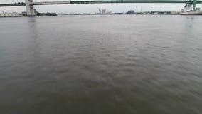Fliegen des sehr schnellen Tiefs, um Delaware River Walt Whitman Bridge Philadelphia zu wässern stock footage