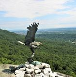 Fliegen Eagle Statue stockbild