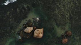 Fliegen eines Brummens über den großen Wellen stock video footage
