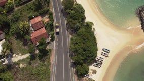 Fliegen eines Brummens über der Küste und der Inseln auf dem Ozean an der Dämmerung stock video footage